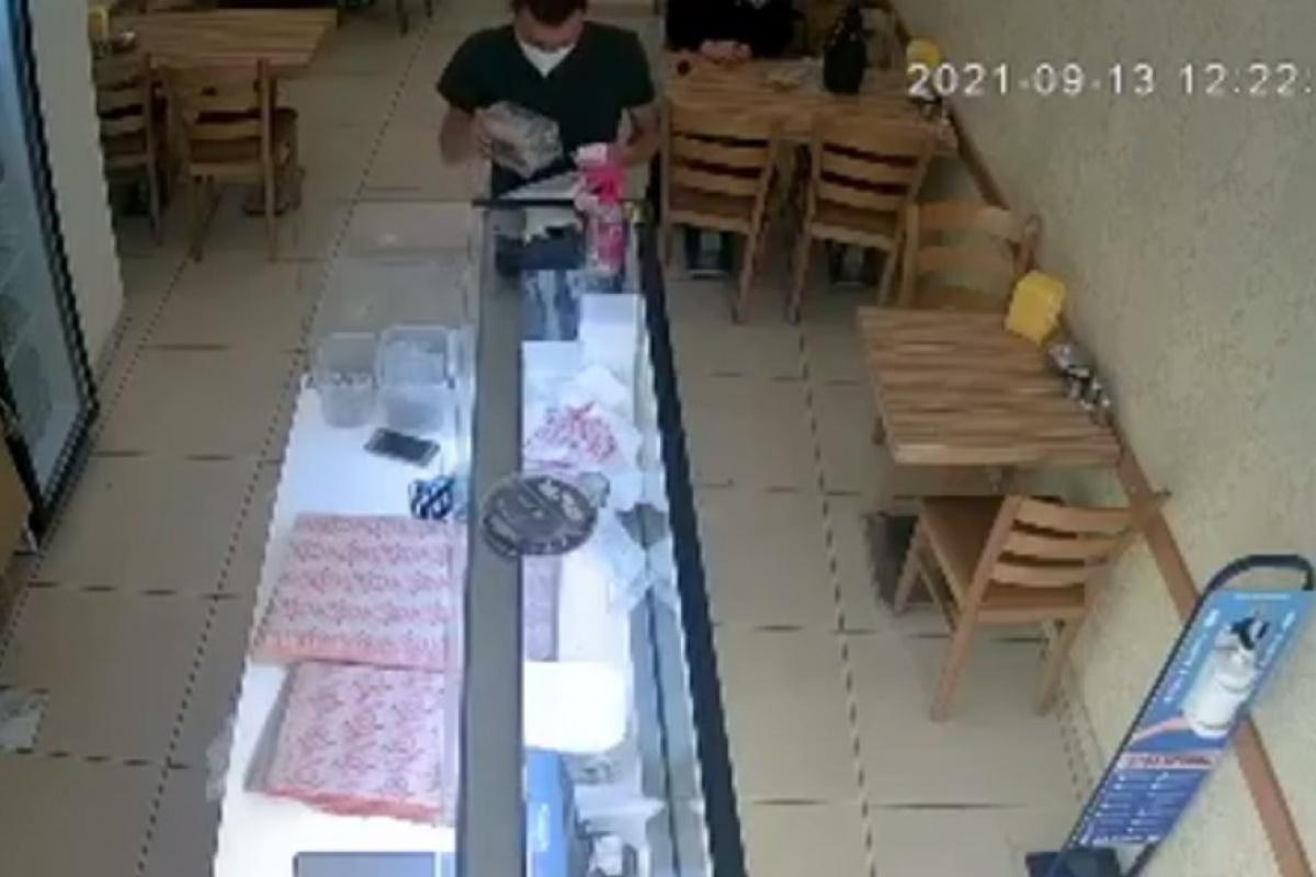 Sadaka kutusunu poşetine koyarak çaldı, börek alıp dükkandan çıktı