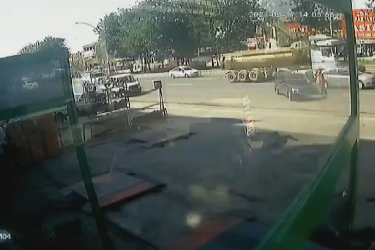 El frenini çekmeyi unuttukları araç trafiğe daldı