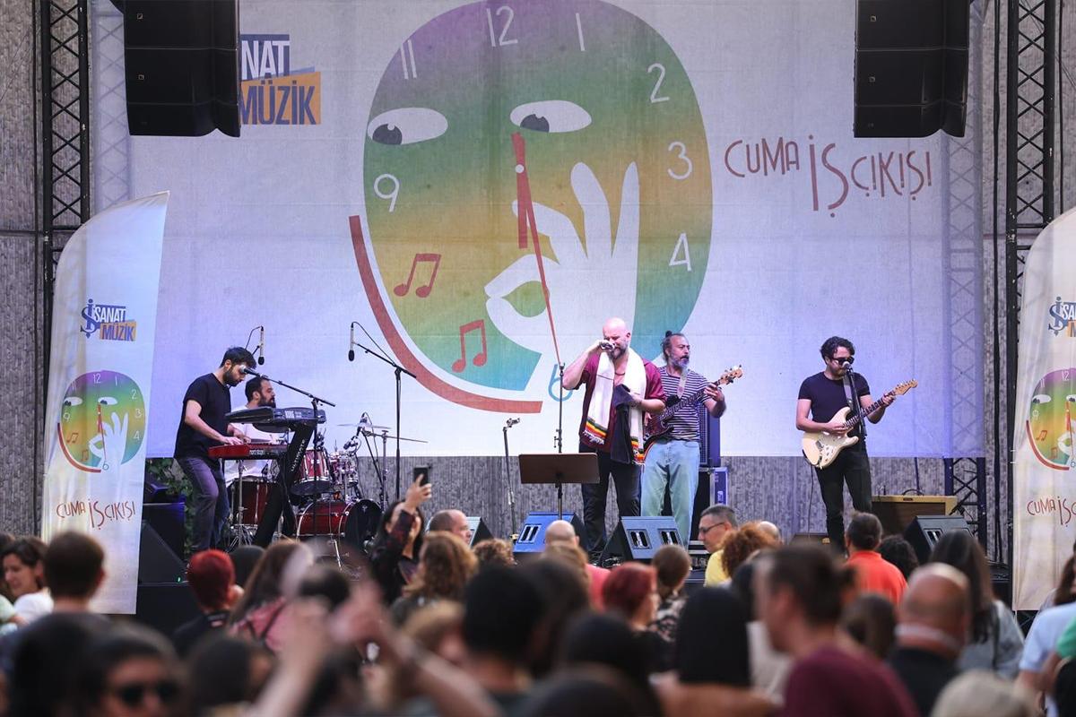 Sattas, 'Cuma İş Çıkışı' açık hava konserinde sahne aldı