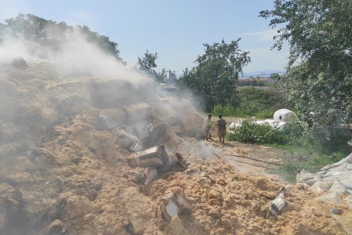 Açık alanda depolanan tonlarca saman alevlere teslim oldu