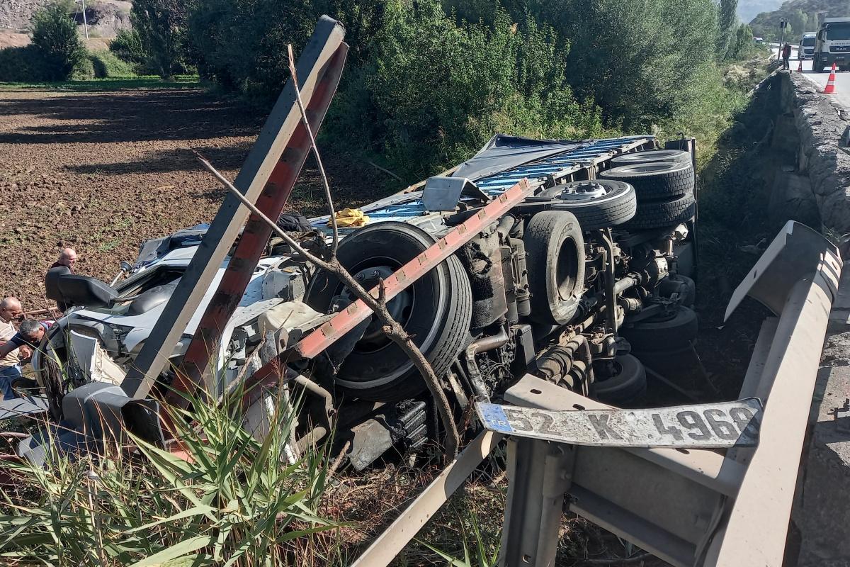 Demir bariyere saplanan kamyon köprüden düştü: 'Ölümden kıl payı kurtuldum'