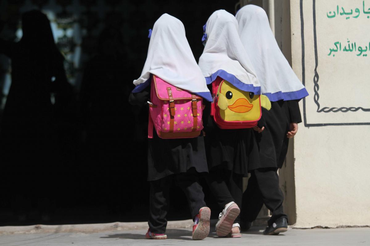 Afganistan'da ortaokullar ve liseler yeniden açıldı