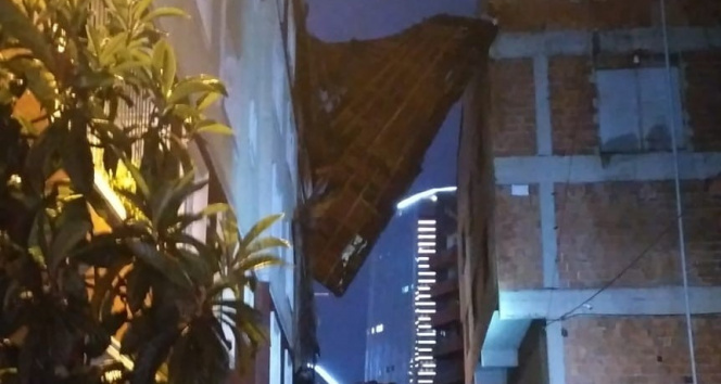 Kağıthanede şiddetli yağış nedeniyle 5 katlı binanın çatısı uçtu