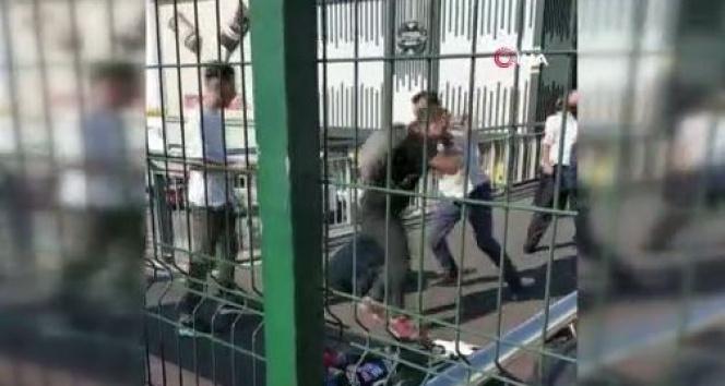 Avcılarda metrobüs üst geçidinde seyyar satıcıların yumruk yumruğa kavgası kamerada