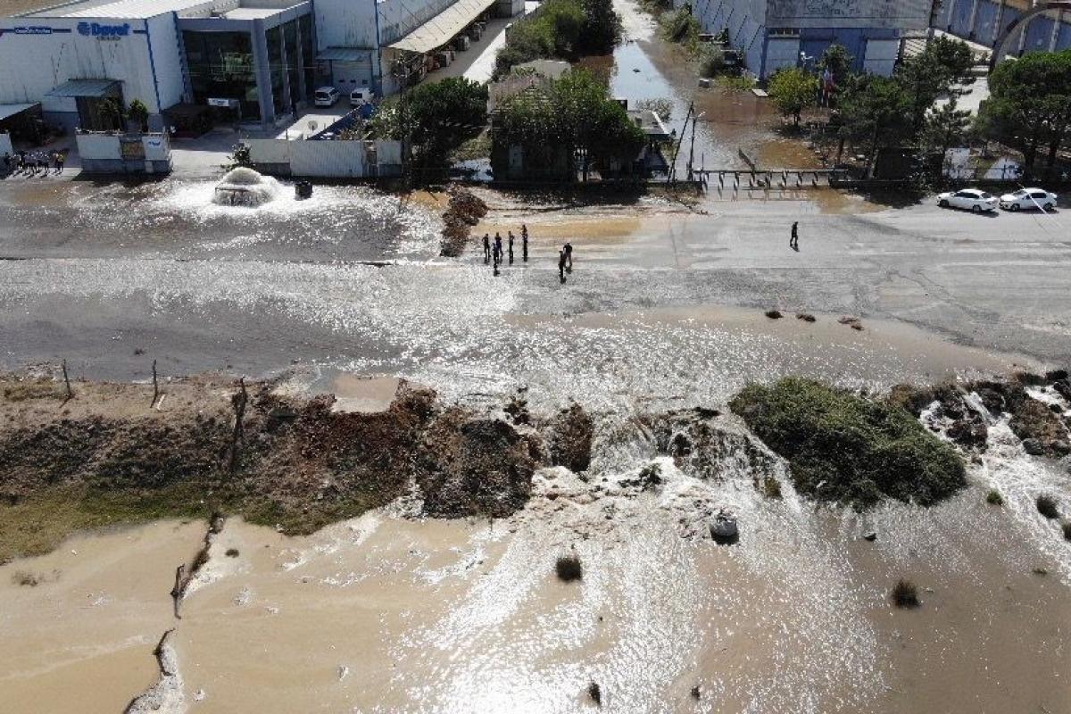 Sultanbeyli'de İSKİ'ye ait su borusu patladı, yol göle döndü