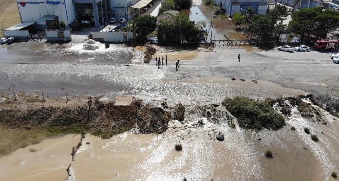 Sultanbeylide İSKİye ait su borusu patladı, yol göle döndü