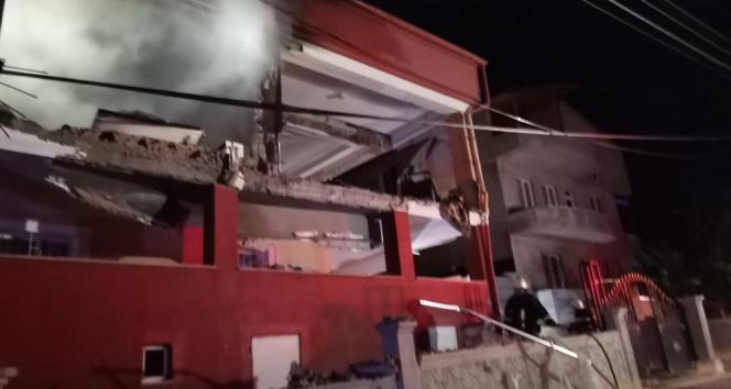 Doğalgaz patlaması 2 katlı binayı harabeye çevirdi: 2si ağır 5 yaralı