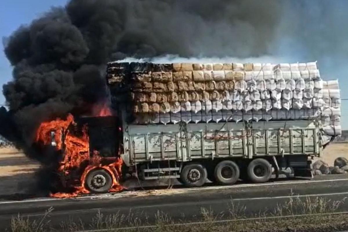 Seyir halindeki saman yüklü kamyon alev alarak yandı
