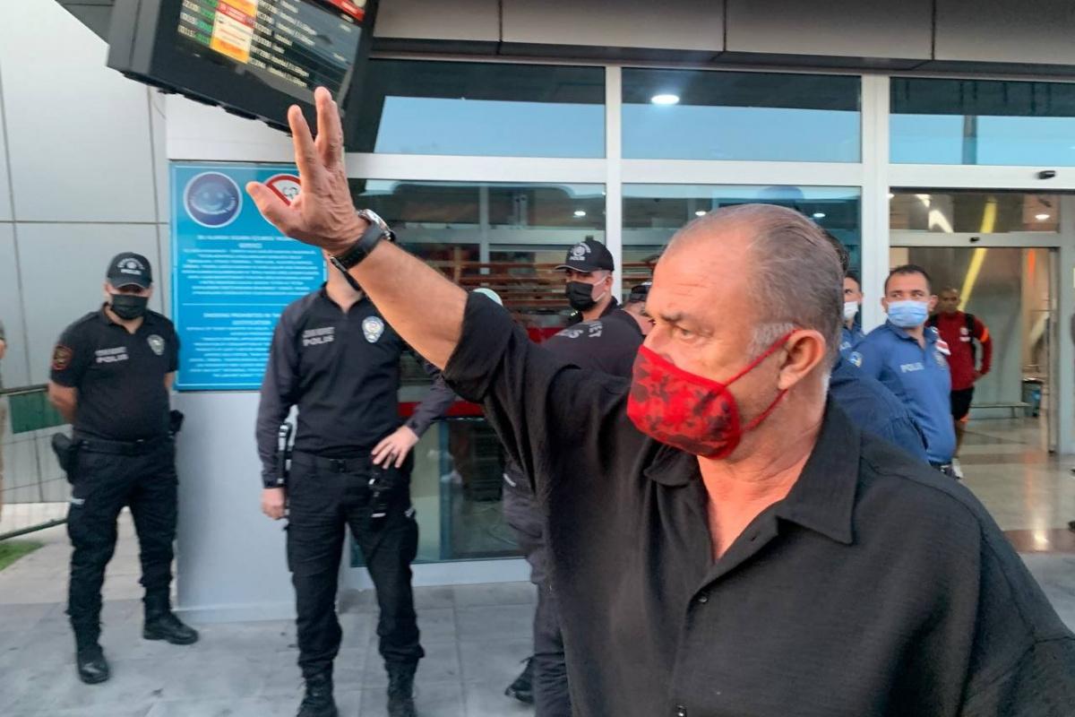 Fatih Terim'in elini öpen taraftar: 'Hocam sakın takımı bırakmayın'