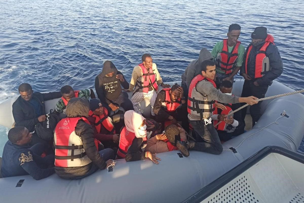 Yunan askerinin Türk karasularına ittiği 16 göçmen kurtarıldı