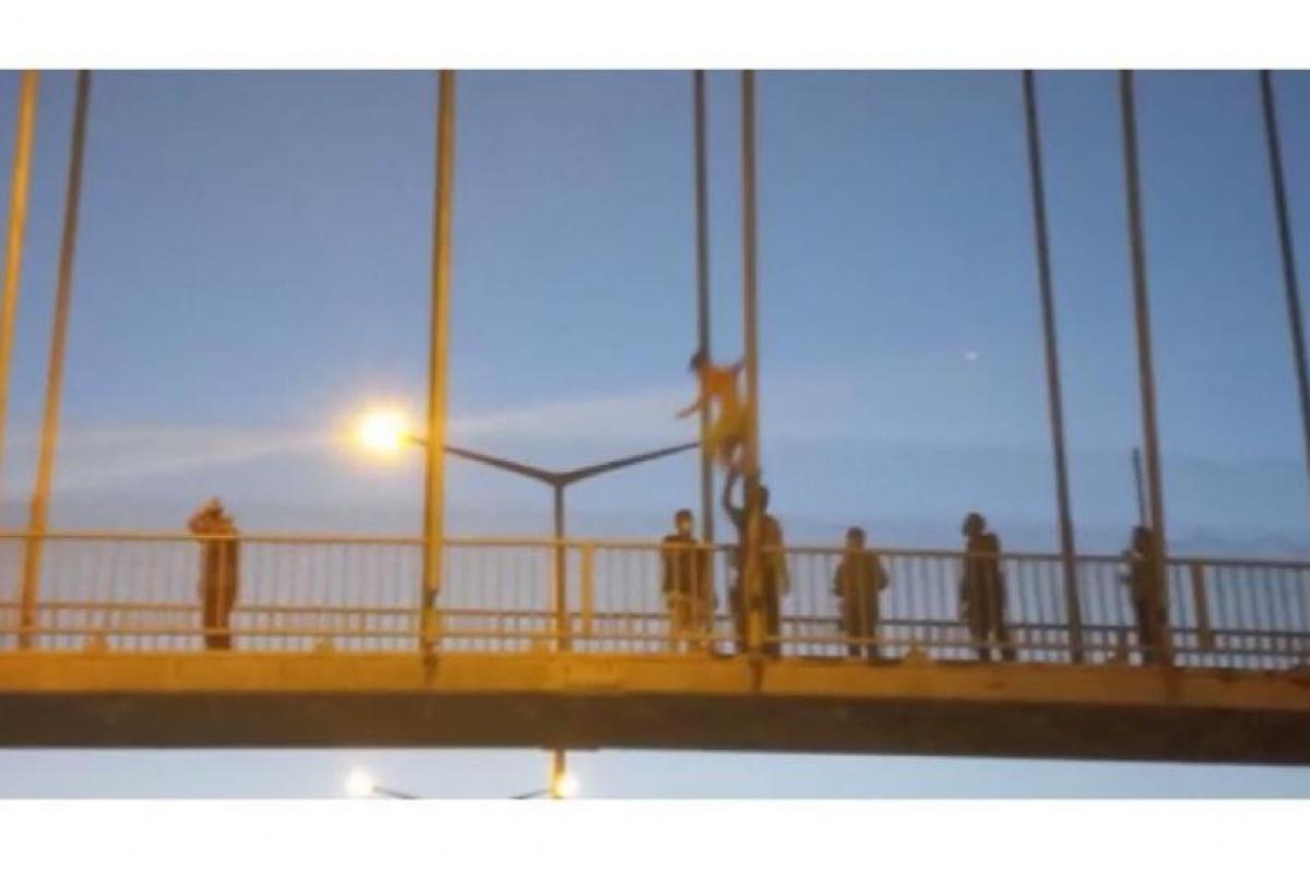 17 yaşındaki genç sevgilisi terk ettiği için otoyol köprüsünden atladı