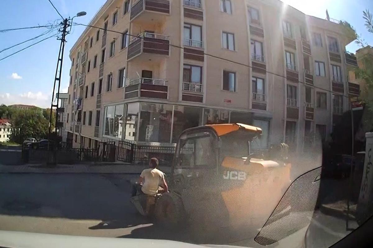 Çekmeköy'de iş makinesi kepçesindeki tehlikeli yolculuk kamerada