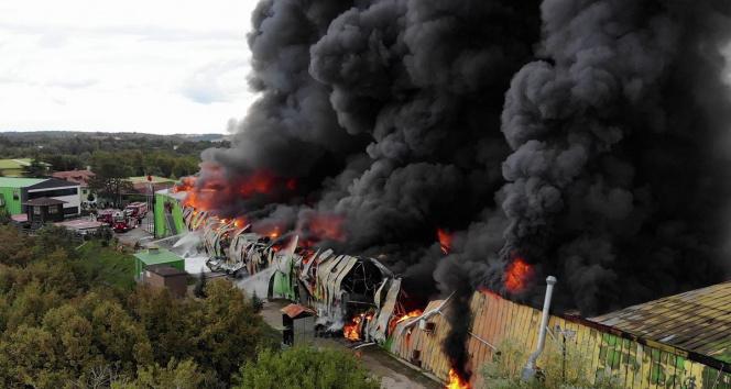 Şilede alevlere teslim olan fabrika havadan görüntülendi