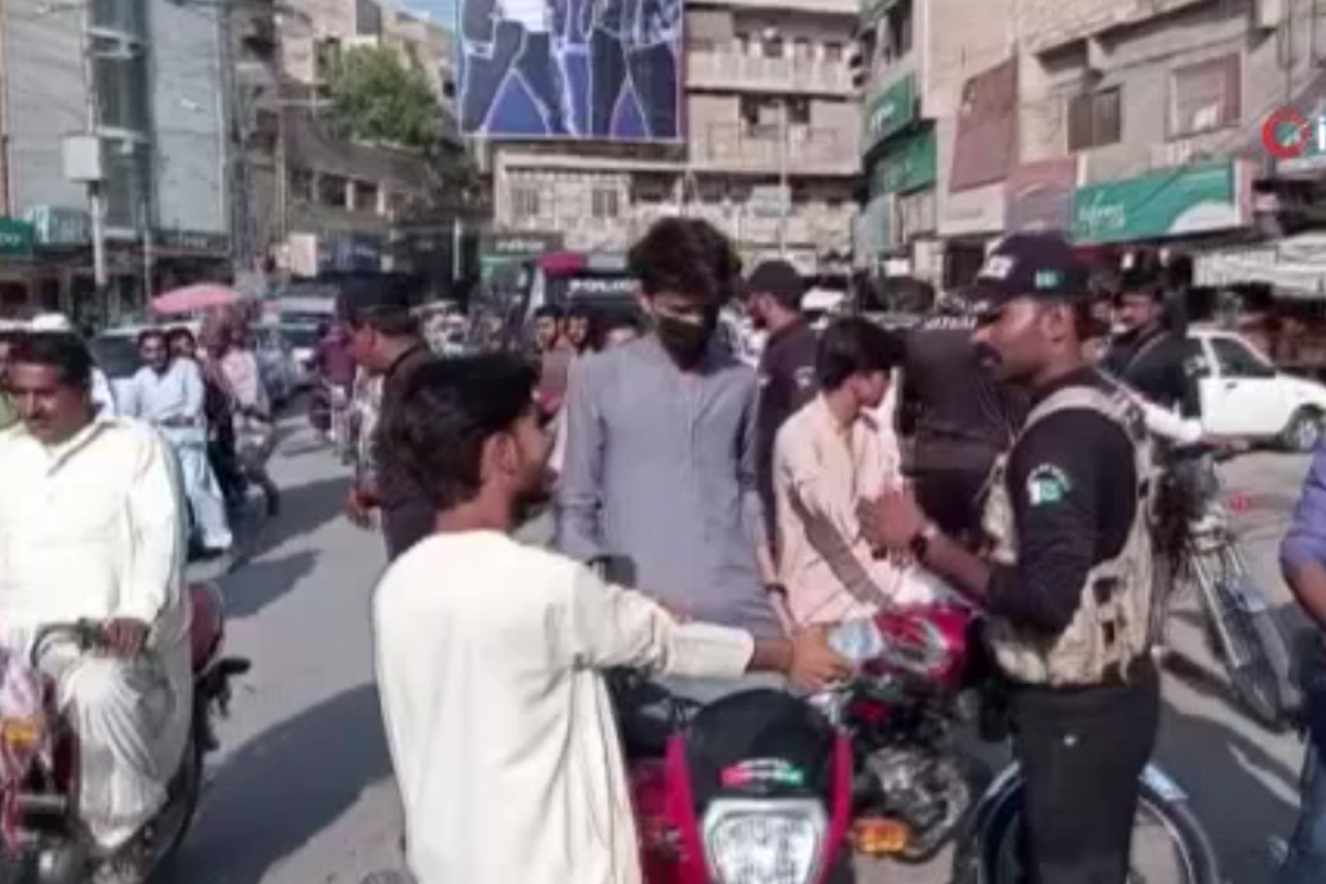 Pakistan'da Covid-19 aşısı olmayan 100 kişi gözaltına aldı
