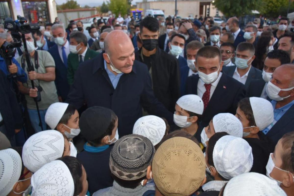 Bakan Soylu, Siirt'te vatandaşlarla birlikte 'Işık hadisesini' izledi