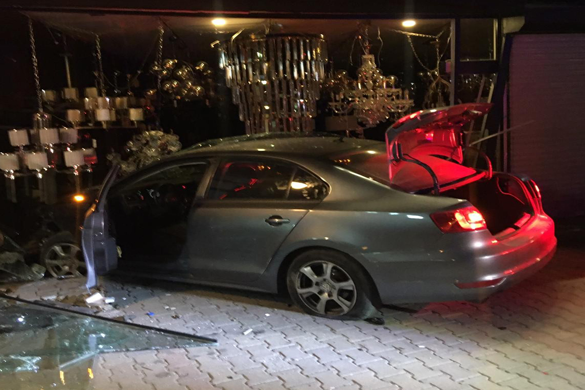 Alkollü şahıslar önce araçla dükkana girdi, sonra taksiye binip kaçtı