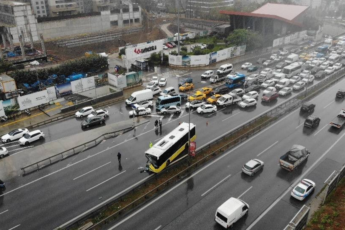 Maltepe E-5'te İETT otobüsü kamyona çarptı: 1 yolcu yaralı