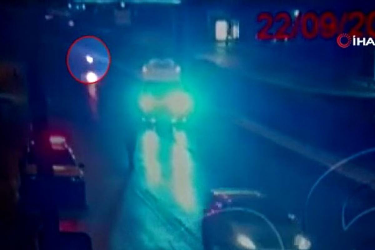 Polis metrelerce sürüklendi, kaçan motosikletliyi elleriyle durdurdu