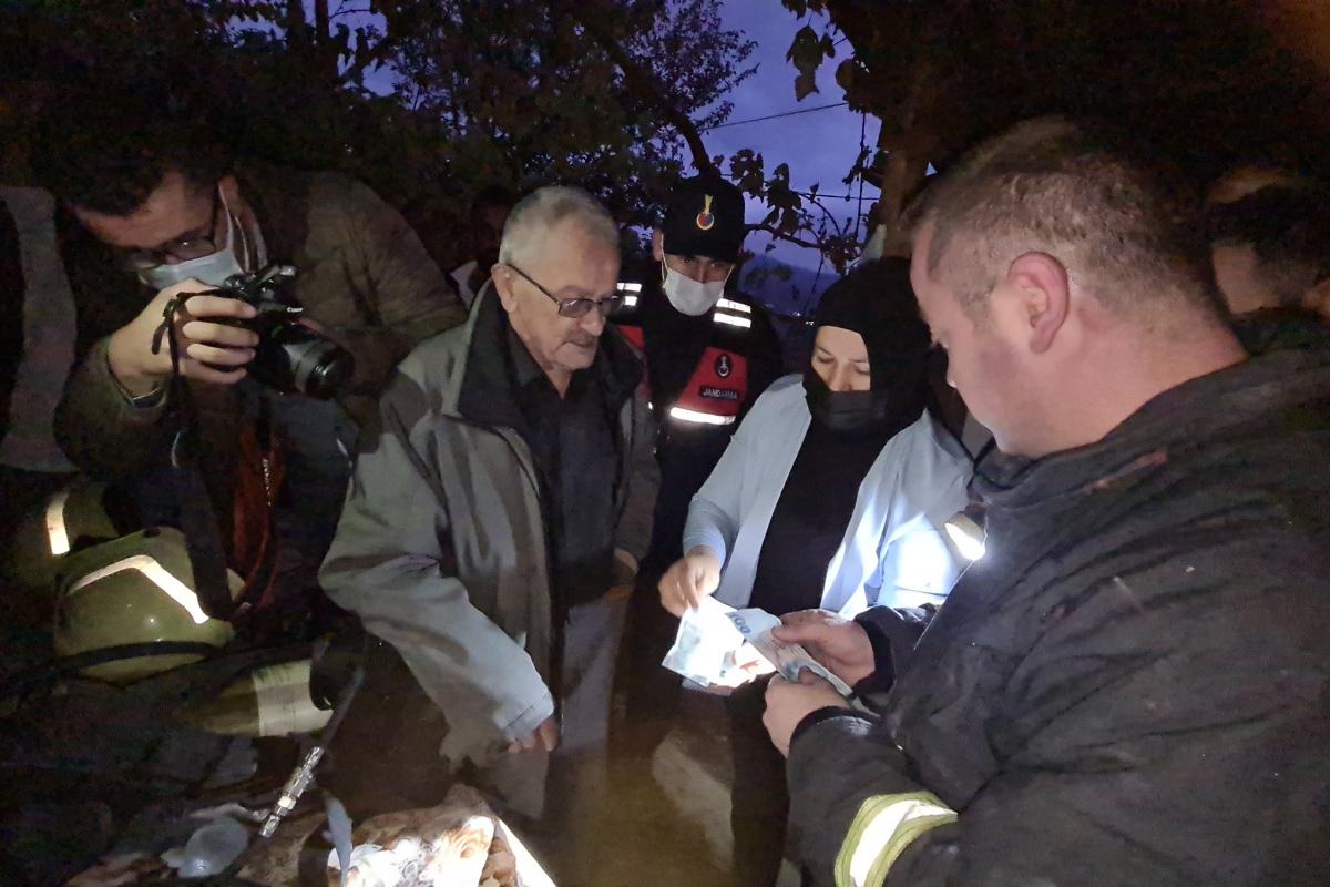 Çıkan yangında itfaiye ekiplerinden paralarını bulmalarını istedi