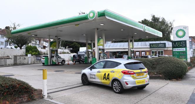 İngilterede benzin krizi: Nakliye aracı sürücüleri petrol istasyonlarına akın etti