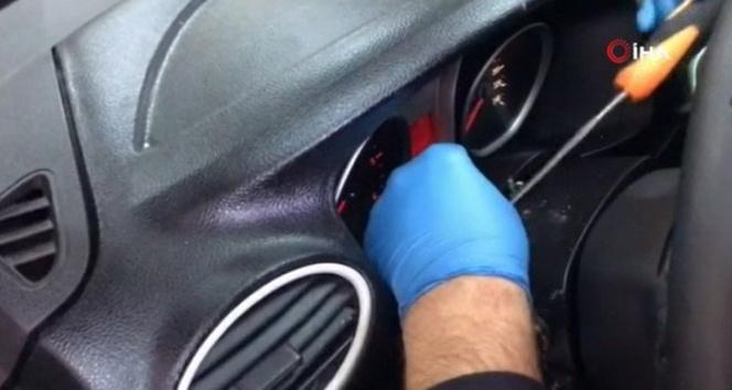 Otomobilin gösterge panelinden uyuşturucu hap çıktı
