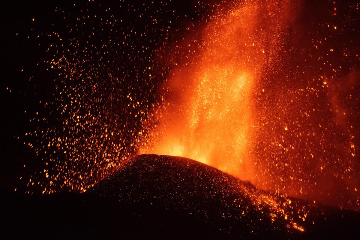 Kanarya Adaları'ndaki yanardağda patlamalar şiddetini artırdı