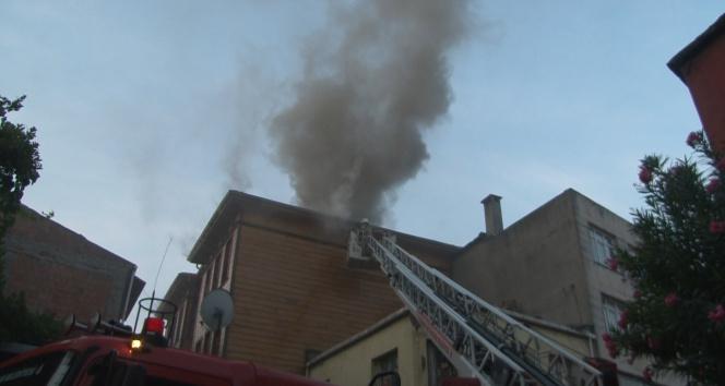 Fatihte 2 katlı ahşap otelde kalan müşteriler güne yangın ile uyandı