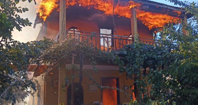 Antalyada dubleks ev çıkan yangında küle döndü