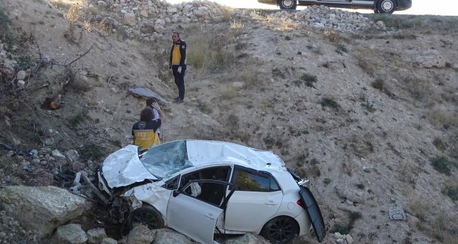 Hisarcıkta otomobil uçuruma yuvarlandı: 1 ölü, 1 yaralı