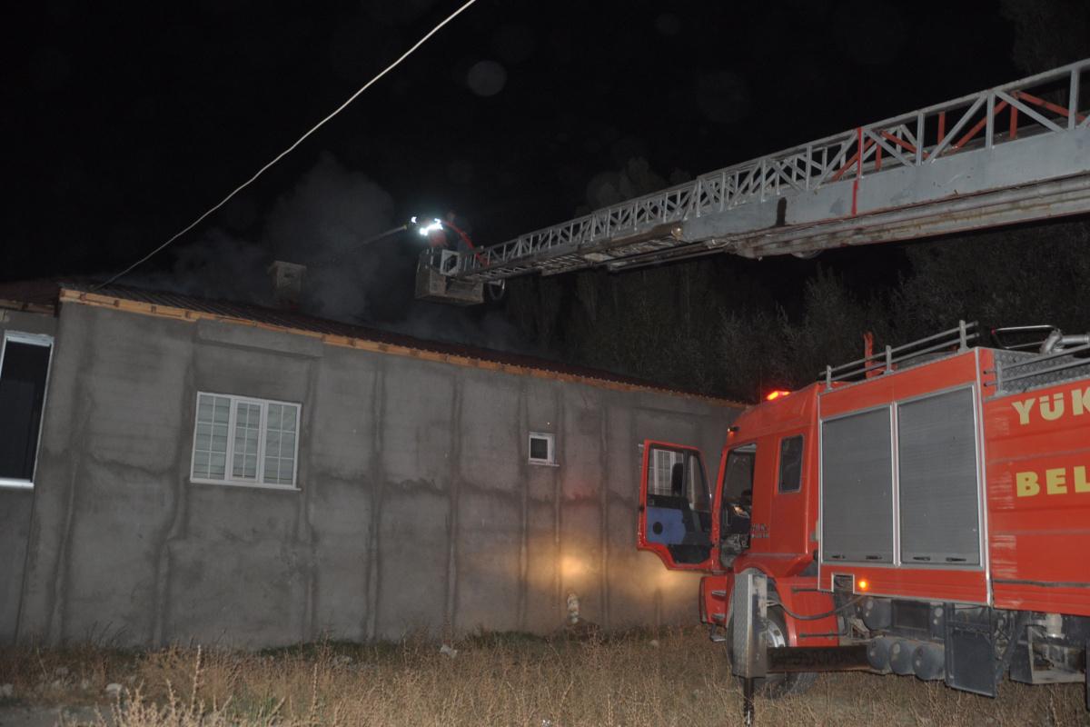 Yüksekova'da çatı yangını korkuttu, mahalleli seferber oldu