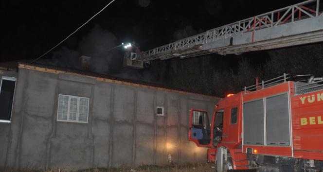Yüksekovada çatı yangını korkuttu, mahalleli seferber oldu