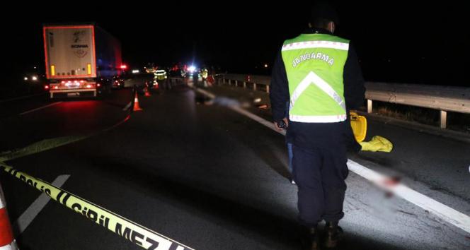 TEMde patlayan lastiği değiştiren 2 kişiye kamyonet çarptı: 1 ölü, 2 yaralı