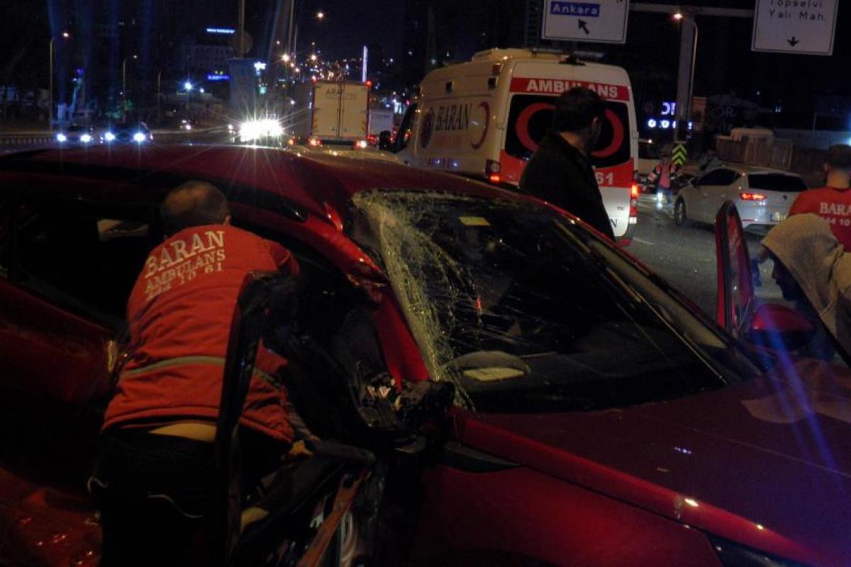Kartal'da 10 aracın karıştığı zincirleme kazada 2 kişi yaralandı