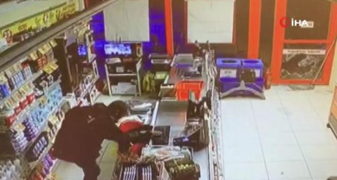 Taşla market camını kırıp hırsızlık yaptı