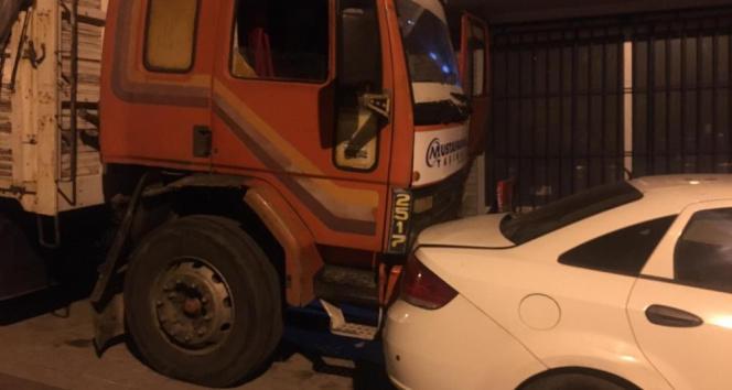 Güngörende freni boşalan kamyon 8 araca çarptı...Araç sahipleri sürücüye piknik tüpüyle saldırdı