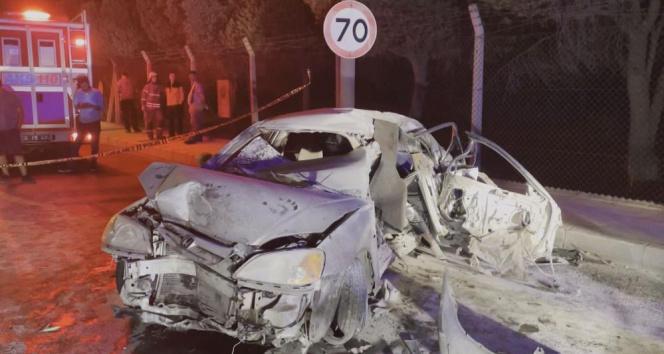 Beton bariyerlere çarpan otomobil alev aldı: 1 ölü, 1i ağır 3 yaralı
