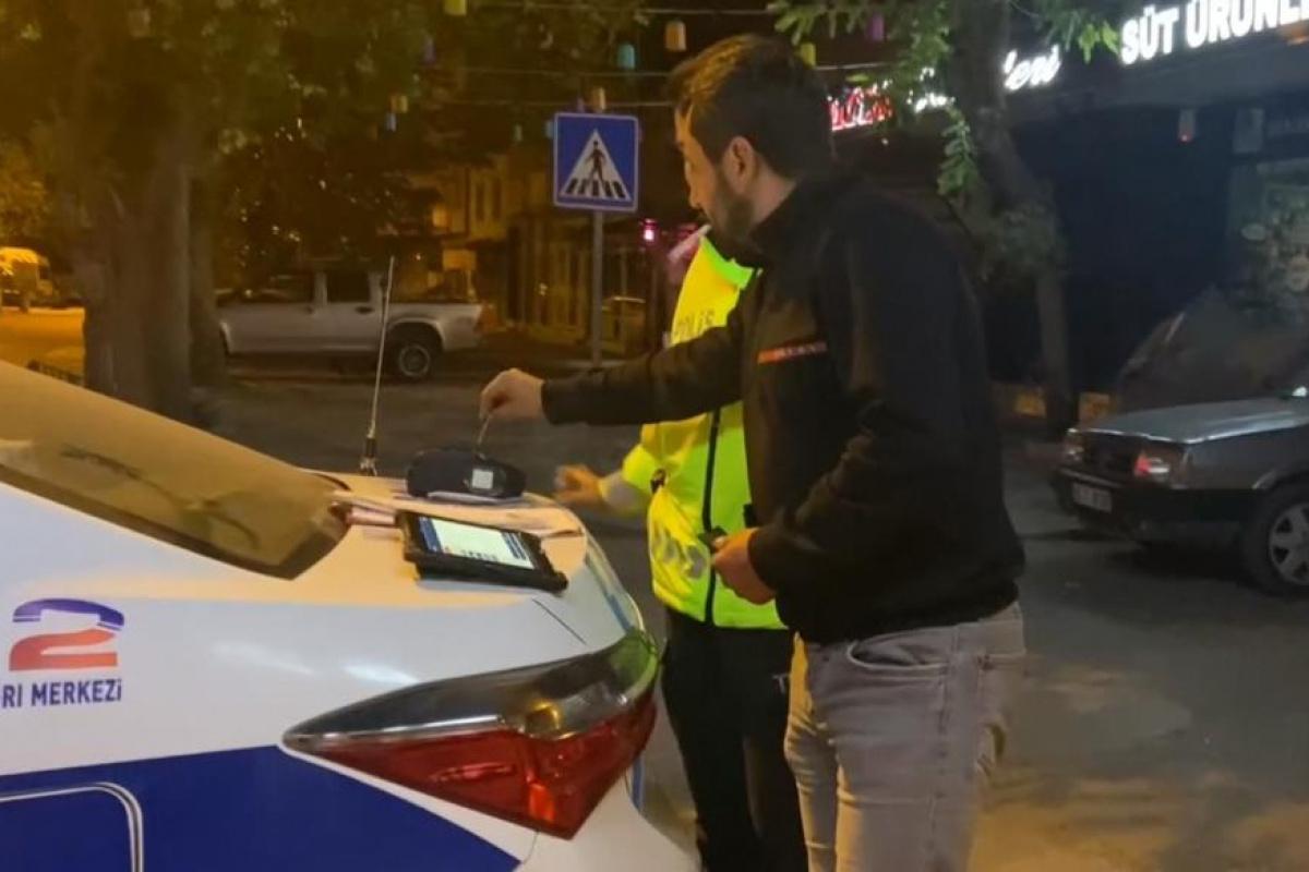 Alkollü sürücünün Alkolmetreyi pos cihazı zannedip ödeme yapmayı denemesi gülümsetti