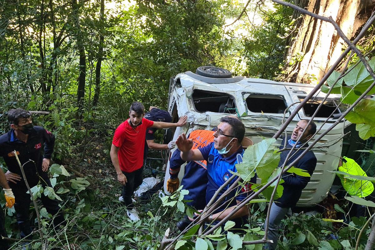 Virajı alamayan kamyonet ormana uçtu