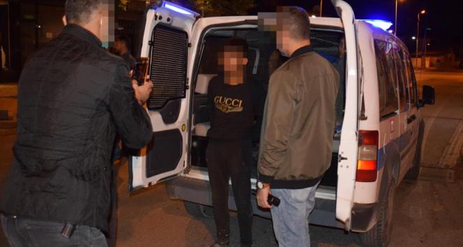 Gasp ettikleri araçla polisten kaçarken kaza yapan şüpheliler kıskıvrak yakalandı