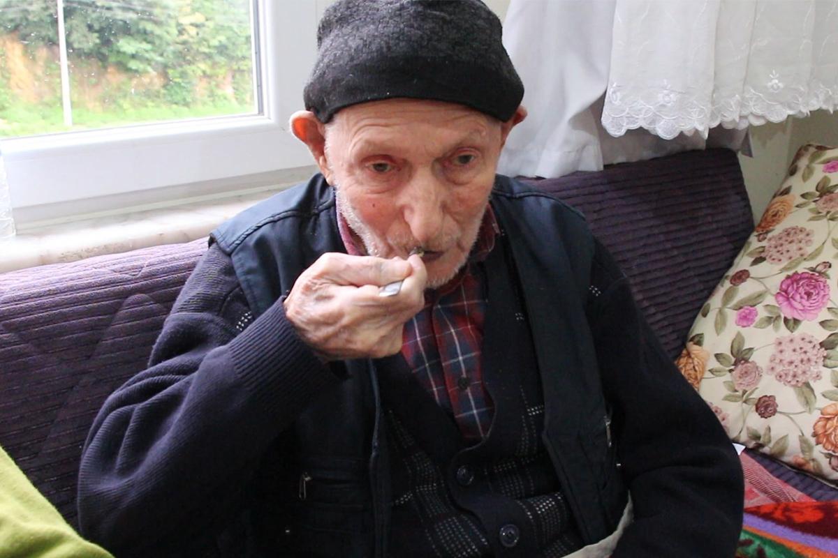 110 yaşındaki Dursun Ali dede uzun yaşamın sırrını her gün yediği bir kaşık tereyağına bağlıyor