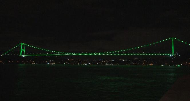 """İstanbulda köprüler """"Serebral Palsi"""" hastalığına dikkat çekmek amacıyla yeşil renge büründü"""