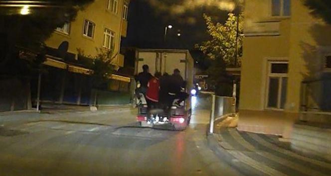 Kamyonet kasasına takılan çocukların tehlikeli yolculuğu kamerada