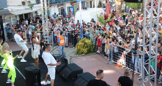 Demet Akalın'dan yangın bölgesinde konser
