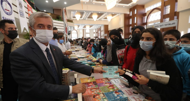Kitap fuarını 9 günde 100 bini aşkın kişi ziyaret etti