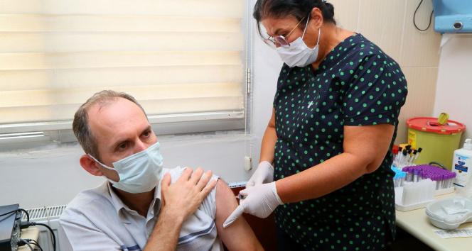 Yerli aşı TURKOVAC İzmirde gönüllü vatandaşlara ilk kez uygulandı