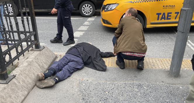 Beyoğlunda taksinin yaşlı adama çarptığı anlar kamerada