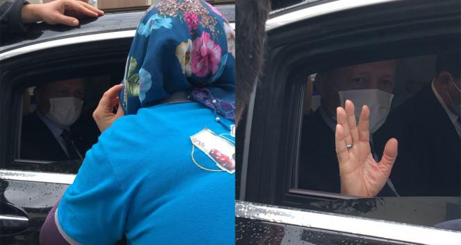 Cumhurbaşkanı Erdoğan kendisini selamlayan vatandaşlarla sohbet etti