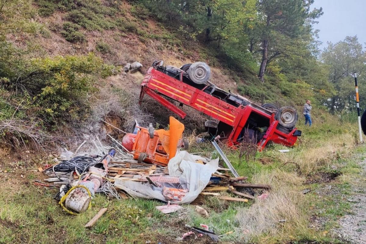 Bursa'da freni patlayan kamyonet şarampole yuvarlandı: 3 yaralı