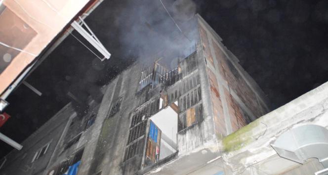 Bayrampaşada cila atölyesinde yangın: 1 itfaiye eri dumandan etkilendi