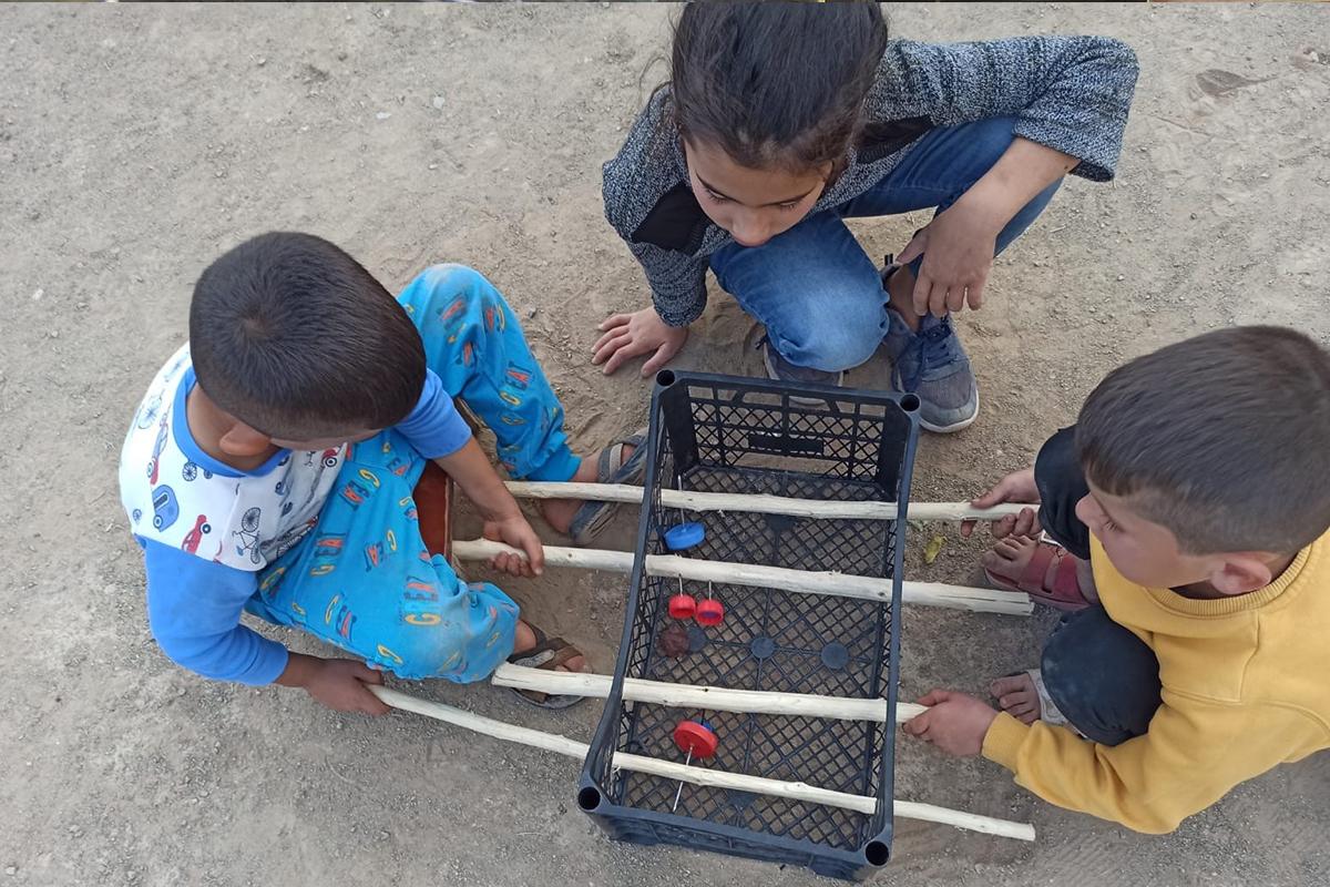 Cevizi top yapıp plastik meyve kasasında langırt oynadılar
